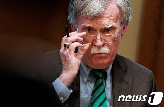 도널드 트럼프 미국 대통령은 10일(현지시간) 북한·이란·베네수엘라 등의 사안에서 '슈퍼 매파' 역할을 자임하던 존 볼턴 백악관 국가안보회의(NSC) 보좌관을 전격 경질했다. 직에 오른지 17개월만이다. © 로이터=뉴스1