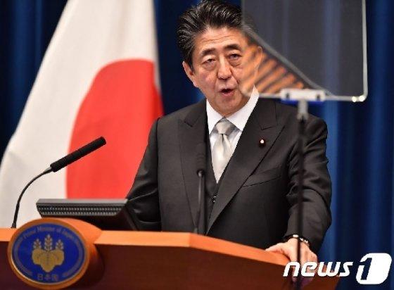 아베 신조 일본 총리가 11일 오후 관저에서 개각 관련 기자회견을 하고 있다. © AFP=뉴스1