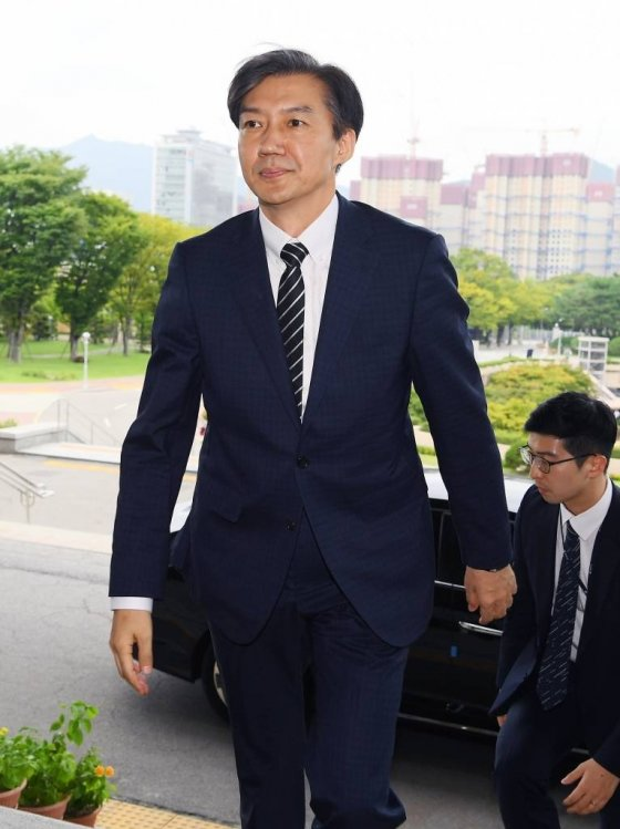 조국 법무부 장관이 9일 취임식을 하기 위해 정부과천청사 법무부로 들어서고 있다.강은구기자 egkang@hankyung.com2019.9.9 / 사진=김휘선 기자 hwijpg@