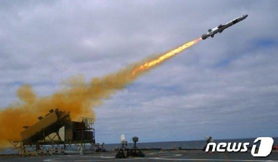 2014년 9월 미 해군 연안전투함 코로나도  선상서 실험 발사되는 네이블스트라이크미사일' (미 해군) © 뉴스1