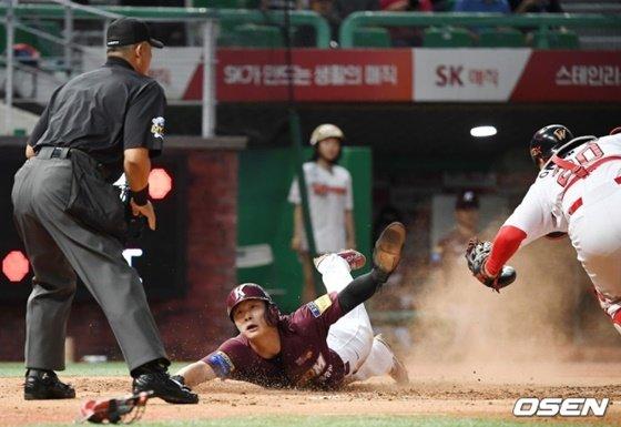 김하성이 11일 인천 SK전 2회초 2사 1루서 장영석의 안타로 득점을 올리고 있다. /사진=OSEN