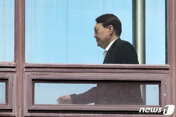 윤석열 검찰총장이 11일 오후 서울 서초구 대검찰청에서 구내식당을 향해 이동하고 있다. News1 민경석 기자