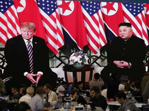 제2차 북·미 정상회담 첫날인 27일 베트남 하노이 국제 미디어센터에서 김정은 북한 국무위원장과 도널드 트럼프 미국 대통령 회담이 생중계 되고 있다./사진=김창현 기자