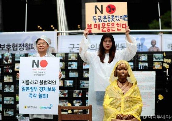의정부고등학교학생연합 학생이 지난 7월26일 오전 서울 종로구 옛 일본대사관 앞에서 '일본 제품 불매 선언' 기자회견에서 피켓을 들고 있다. /사진=이기범 기자
