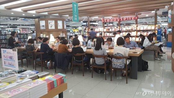 추석연휴 첫 날인 12일 서울 한 대형서점을 찾은 시민들이 책을 읽고 있다. /사진=임소연 기자