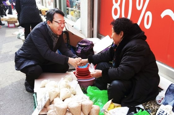 김성식 바른미래당 의원이 자신의 지역구인 서울 관악구 한 상인을 찾아 이야기하고 있다. / 사진제공=김성식 의원실.