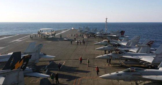 2017년 11월 미국 핵 추진 항공모함 3척이 참가한 가운데 동해상에서 열린 한미 연합훈련에서 로널드 레이건함 갑판에 전투기들이 이륙준비를 하고 있는 모습 / 사진 = 뉴스1