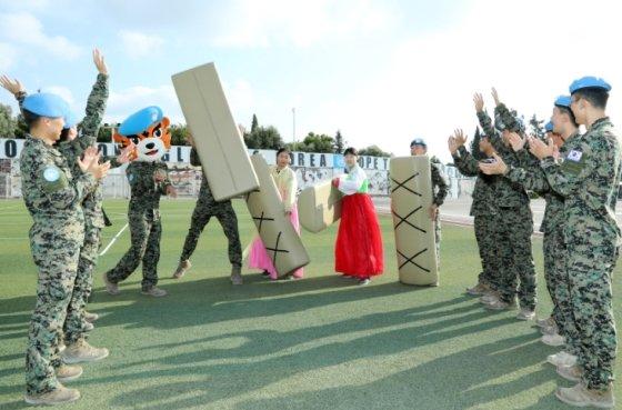 동명부대 장병들이 추석을 맞아 전통민속놀이를 하고 있는 모습 / 사진제공 = 합참 <br />