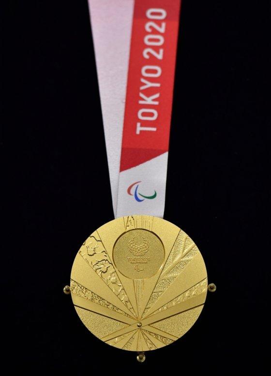 욱일기를 닮은 디자인으로 논란이 되고 있는 2020도쿄패럴림픽 메달. /사진=AFP
