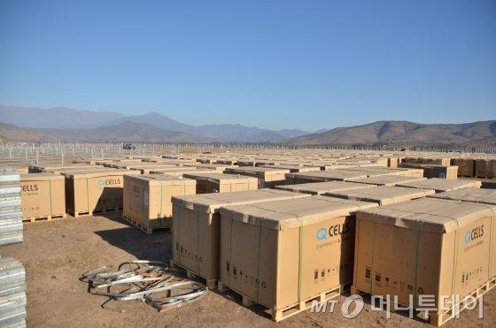 칠레 발파라이소주 페토르카현 라리과에 한국남동발전이 건설 중인 라리과(la ligua) 태양광발전소 부지에 설치를 앞둔 자재들이 쌓여 있다. 남동발전은 칠레에 진행 중인 10개 사업에 모두 국산기자재인 한화큐셀 태양광모듈을 사용한다./사진=유영호 기자 yhryu@