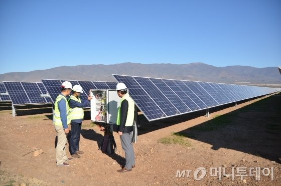 칠레 발파라이소주 페토르카현 라리과에 위치한 한국남동발전 아리스티아(ariztia) 태양광발전소에서 남동발전과 한화큐셀 직원들이 설비를 점검하고 있다./사진=유영호 기자 yhryu@