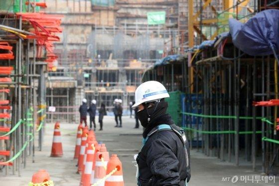 수도권에 사상 처음 엿새 연속 비상저감조치가 발령된 지난 3월 6일 서울 마포구의 한 아파트 건설현장에서 한 근로자가 마스크를 쓰고 발걸음을 옮기고 있다. /사진제공=뉴스1