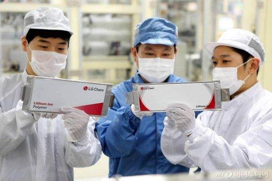 LG화학 오창공장 전기차배터리 생산라인에서 연구원들이 배터리셀을 점검하는 모습/사진제공=LG화학