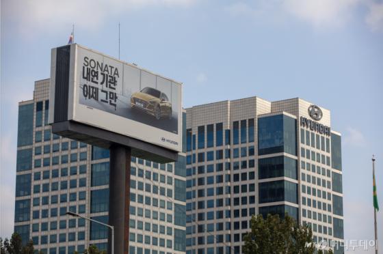 국제환경단체 그린피스가 15일 서울 서초구 현대차 사옥 앞 대형 광고판에 내연기관차를 포기할 것을 촉구하는 캠페인 메시지 '내연기관 이제 그만'을 붙였다./사진=그린피스 제공