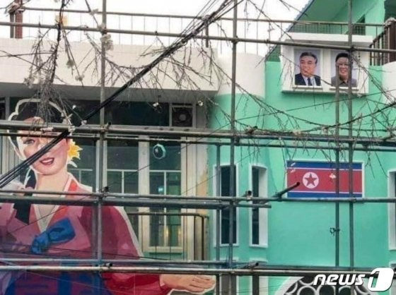 서울 마포구 홍대 앞에 공사중인 한 주점에 북한 인공기와 함께 김일성, 김정일 부자의 사진이 걸려 논란이 일고 있다./사진=뉴스1