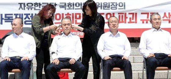 2일 오전 서울 여의도 국회 본청 앞에서 자유한국당 의원이 패스트트랙 법안 철회를 위한 삭발식을 하고 있다. 오른쪽부터 윤영석, 이장우, 김태흠, 성일종 의원./사진=뉴시스<br>