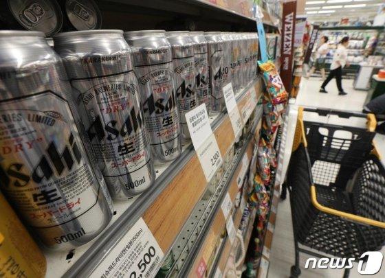 (서울=뉴스1) 신웅수 기자 = 16일 오후 서울의 한 대형마트에서 마트에 일본 맥주가 진열되어 있다.  일본 불매운동의 여파로 2009년부터 지난해까지 10년간 수입 맥주 시장 1위를 차지한 일본 맥주 수입가 3위로 밀려나고 벨기에 맥주가 1위로 올라섰다.  15일 관세청 수출입무역통계 시스템에 따르면 지난달 일본 맥주 수입액은 434만2000달러로 지난달 790만4000달러에 비해 45.1% 감소했다.  반면 벨기에 맥주는 456만 3000 달러 어치가 수입돼 수입 맥주 시장에서 1위를 차지했다. 2019.8.16/뉴스1  <저작권자 © 뉴스1코리아, 무단전재 및 재배포 금지>