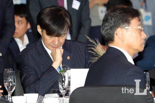 조국 법무부 장관이 16일 오전 여의도 콘래드 서울에서 열린 '전자증권제도 시행 기념식'에 참석해 생각에 잠겨있다. / 사진=이기범 기자 leekb@