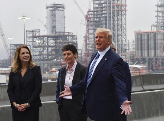 도널드 트럼프 미국 대통령이 미 펜실베니아에 있는 셰일오일 생산시설을 둘러보고 있다. /사진=AFP