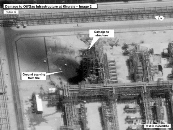 14일(현지시간) 사우디아라비아 주요 석유 시설과 유전이 무인기(드론) 공격으로 가동이 중단된 가운데 15일 미국 정부와 디지털 글로브가 주석을 달아 공개한 위성사진이 사우디 부크야크의 국영 석유회사 아람코의 아브카이크 원유처리 시설이 피해를 입은 모습./사진=뉴시스