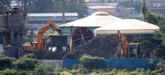 국내에서 처음으로 가축전염병인 아프리카돼지열병(ASF)이 발생한 17일 경기 파주시의 한 돼지농장에서 방역 관계자들이 살처분·매몰 작업용 장비를 옮기고 있다. /사진=뉴시스