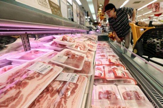 22일 오전 서울 성동구의 한 대형마트에서 시민이 돼지고기를 고르고 있다. /사진=뉴시스