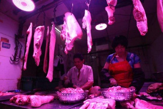 【우한(중국)=뉴시스】김선웅 기자 = 3일 (현지시간) 중국 우한의 한 시장에서 돼지고기가 판매되고 있다.   중국 전체 육류 소비량 중 70% 이상을 차지하는 돼지고기는 지난해 8월 중국에서 발병하기 시작한 아프리카돼지열병이 확산되면서 생산량이 감소했으며 이로 인해 공급 부족 현상이 나타나고 있다. 중국 일부 지역에서는 9월부터 13주째 오르고 있는 돼지고기의 가격 안정을 위해 1인당 1일 1kg의 돼지고기만 구매할 수 있는 구매제한 조치를 시행했다. 2019.09.03.   mangusta@newsis.com