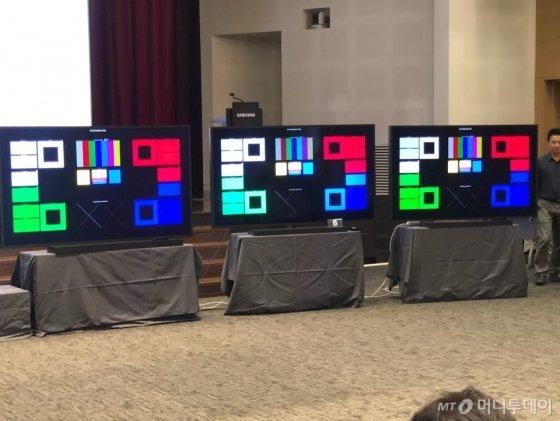 삼성전자는 17일 삼성전자 서울 R&D캠퍼스에서 8K 화질 관련 설명회를 열고 자사 8K TV와 타사 8K TV 비교시연을 하고 있다. /사진제공=삼성전자
