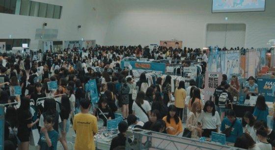 올해 8월 17,18일 이틀간 서울 동대문디자인플라자(DDP)에서 열린 42회 러블리마켓에는 2만명 이상이 방문했다. 온라인 브랜드 54개가 참여했다. /사진제공=플리팝
