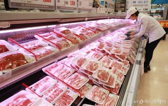 서울 시내 한 대형마트에서 직원이 돼지고기를 진열하고 있다. /사진=이동훈 기자 toguy@