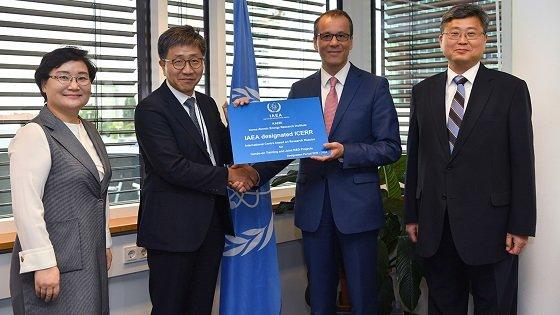 한국원자력연구원 하나로가 아시아 최초로 IAEA 국제연구용원자로센터로 지정됐다.<br><br>(좌로부터) 문미옥 과학기술정보통신부 제1차관, 박원석 한국원자력연구원장, 코넬 페루타 IAEA 사무총장 대행, 신재현 주오스트리아대사/사진=원자력연
