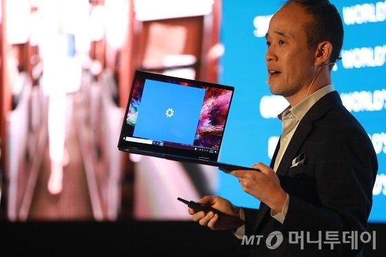 알렉스 조 HP퍼스널시스템부분 사장이 18일 일본 도쿄 트렁크호텔에서 새로운 노트북 '드래곤플라이'를 발표하고 있다/사진제공=HP