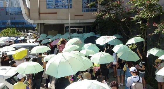 우산시위를 벌이는 청라주민들/ 사진=권현수기자
