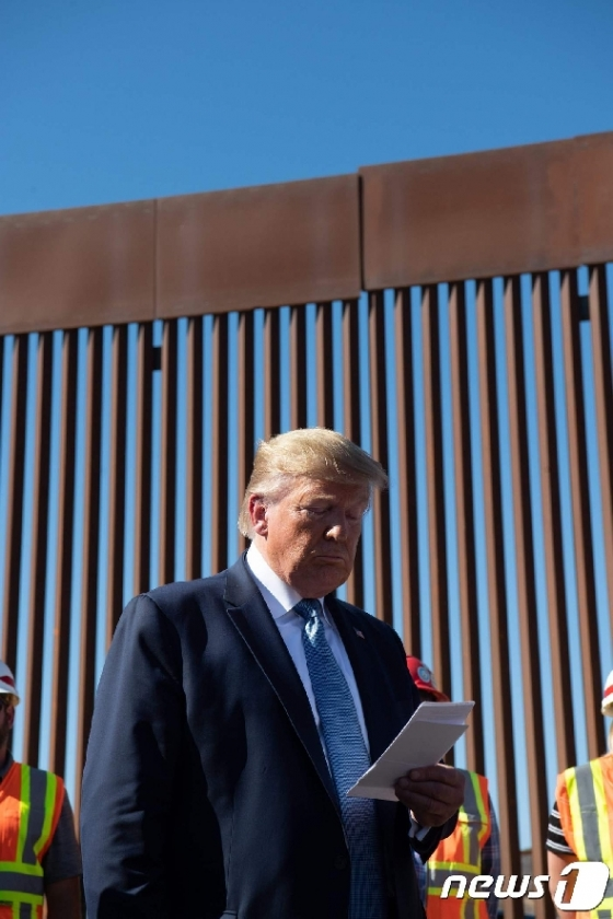[사진] 美-멕시코 국경장벽 앞의 트럼프