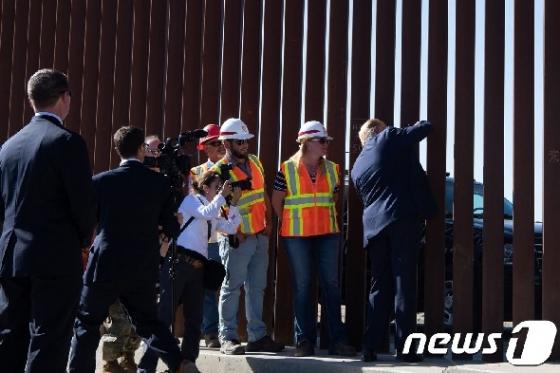 [사진] 美-멕시코 국경장벽 펜스에 사인하는 트럼프