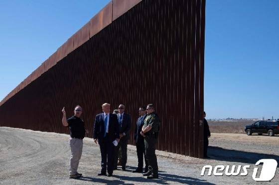 [사진] 美-멕시코 국경장벽 설명듣는 트럼프