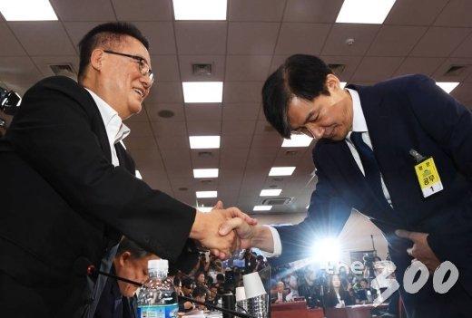 조국 법무부 장관 후보자가 6일 오전 서울 여의도 국회 법사위에서 열린 인사청문회에 출석해 박지원 의원과 인사를 하고 있다. / 사진=홍봉진 기자 honggga@