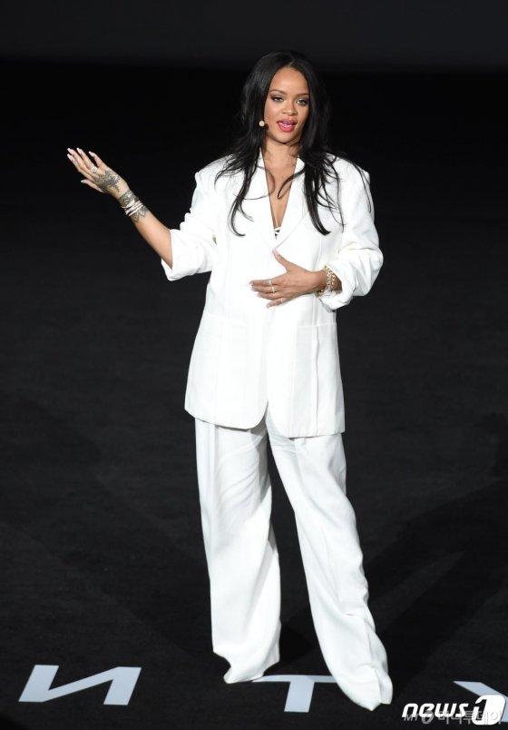 팝스타 리한나(Rihanna)가 17일 오후 서울 잠실 롯데시네마에서 '펜티 뷰티 아티스트리& 뷰티 토크'를 진행하고 있다. /사진 = 뉴스1