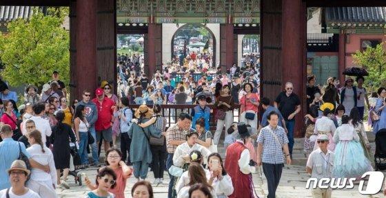 추석연휴 마지막날인 지난 15일 서울 경복궁에서 나들이 나온 시민들과 관광객들이 휴일을 만끽하고 있다. /사진=뉴스1