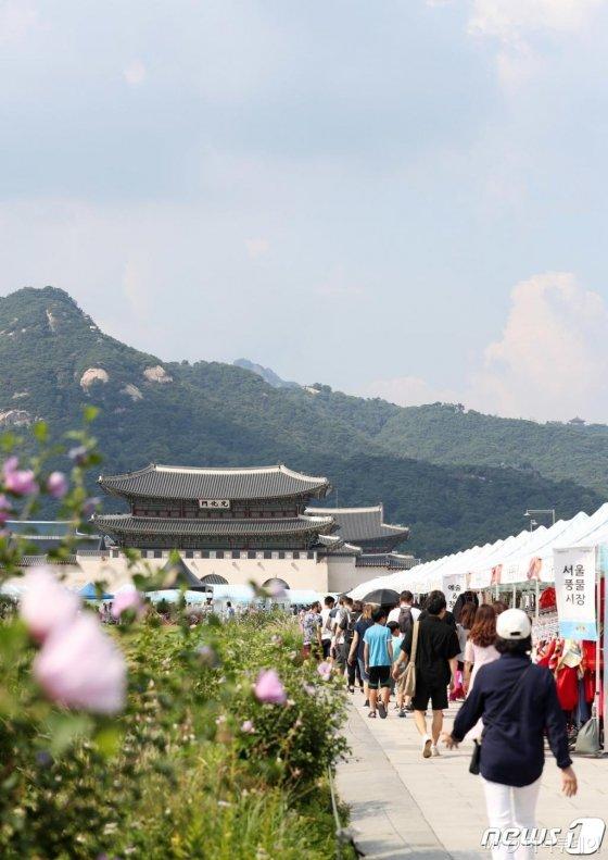 지난달 서울 세종대로 광화문광장 보행전용거리를 찾은 시민들이 희망나눔장터를 거닐고 있다. /사진=뉴스1