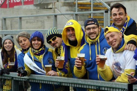 럭비 경기를 보며 맥주를 마시는 아일랜드 럭비 팬들. /사진=AFP
