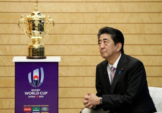지난 12일 아베 신조 일본 총리가 관저에서 럭비월드컵 트로피를 바라보고 있다. /사진=AFP