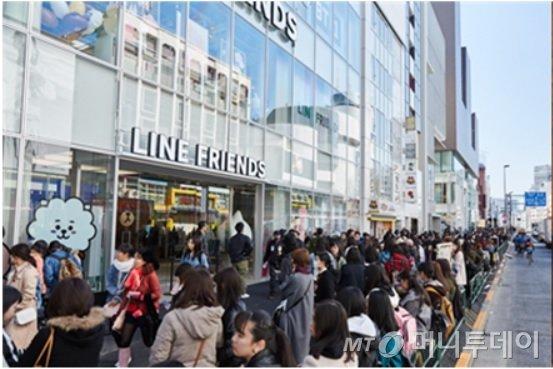 지난해 3월 일본 도쿄 라인프렌즈 하라주쿠 매장 리뉴얼 오픈일에 현지인들이 매장을 방문하기 위해 줄을 선 모습/사진제공=라인프렌즈