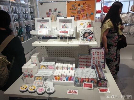 일본 도쿄 라인프렌즈 하라주쿠 매장 3층. B21 캐릭터 상품들이 진열된 모습/사진=김세관 기자.