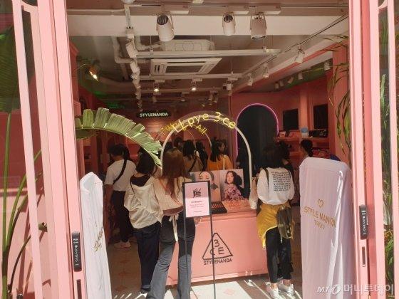 일본 도쿄 하라주쿠의 메인 거리 다케시타거리에 위치한 '스타일난다' 매장에서 일본 현지 젊은이들이 제품을 구매하는 모습/사진=김세관 기자.