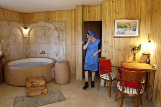 에어비앤비를 운영하는 한 여성이 방을 청소하고 있다. /사진=AFP