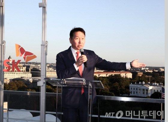 최태원 회장이 19일 저녁(현지시간) 워싱턴 DC에서 개최된 'SK Night(SK의 밤)' 행사에서 사회적 가치를 통한 파트너십의 확장을 주제로 인사말을 하고 있다./사진제공=SK