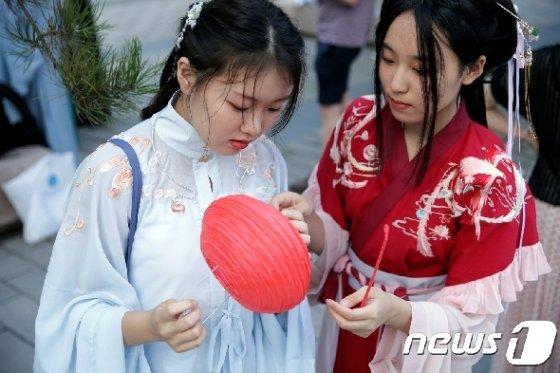 한푸를 차려입은 중국 젊은 여성들.  © 로이터=뉴스1