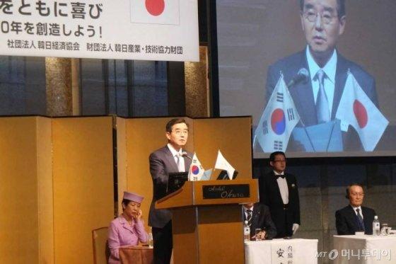 김윤 한일경제협회 회장 (㈜ 삼양홀딩스 회장)이 15일 일본 도쿄 오쿠라호텔에서 열린 제50회 한일경제인회의에서 개회사를 하고 있다./사진제공=삼양홀딩스