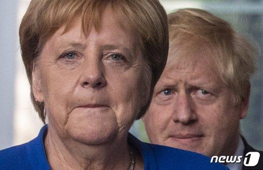 앙겔라 메르켈 독일 총리가 21일(현지시간) 베를린 총리 관저에서 보리스 존슨 영국 총리와 기자회견장에 도착하고 있다/사진=뉴스1